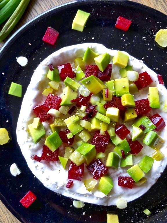 Camembert con dadolata gioiello di avocado, barbabietola, cetriolini, cipollina di tropea e fili di miele