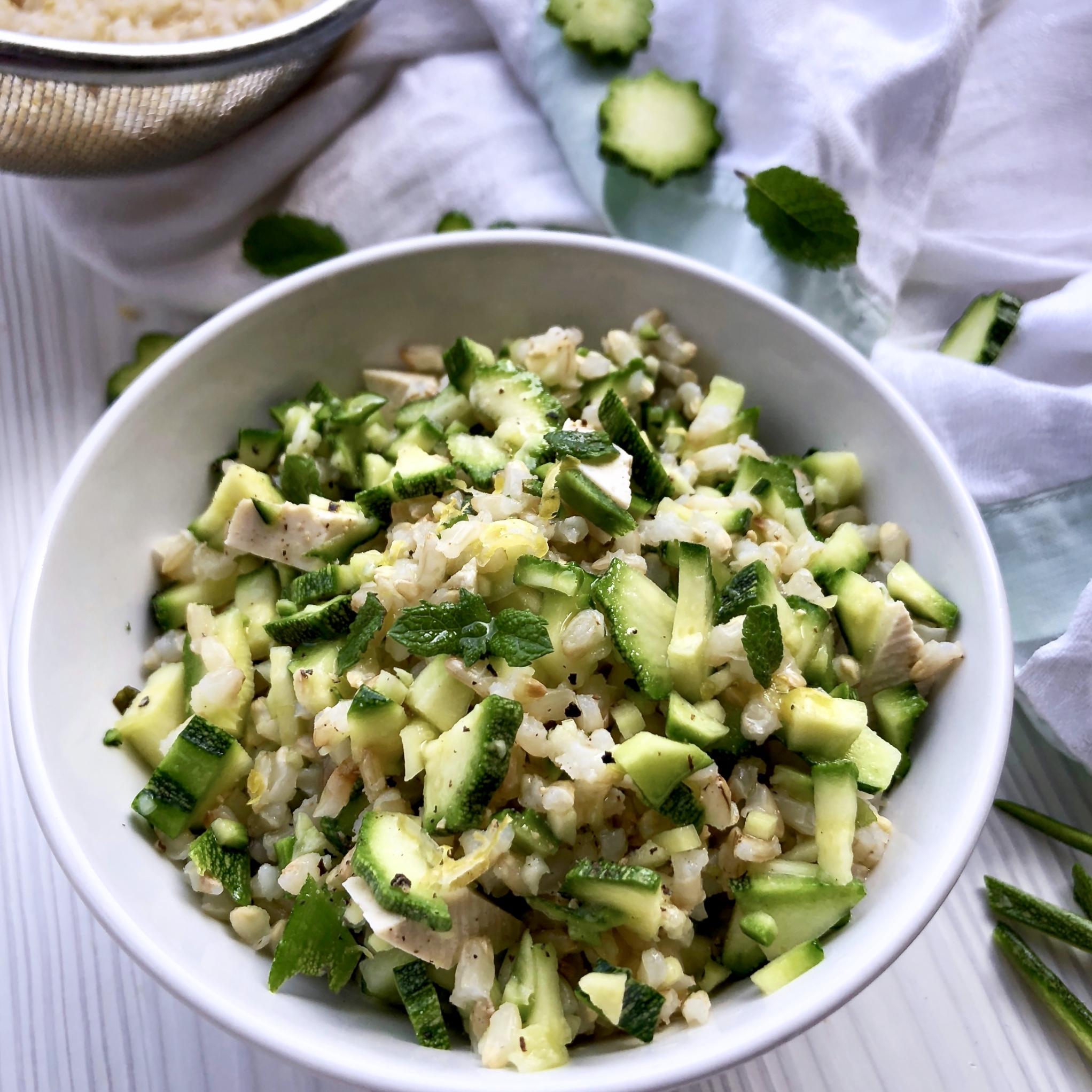 Insalata di riso integrale con zucchine marinate al limone, tofu e menta