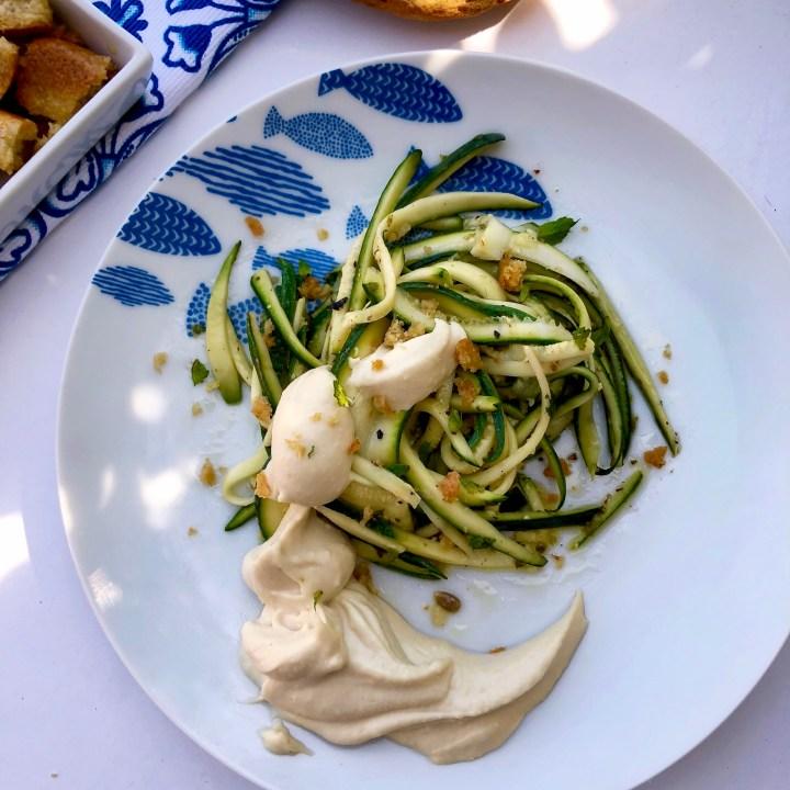 Zucchine marinate e arrotolate con hummus e frisella
