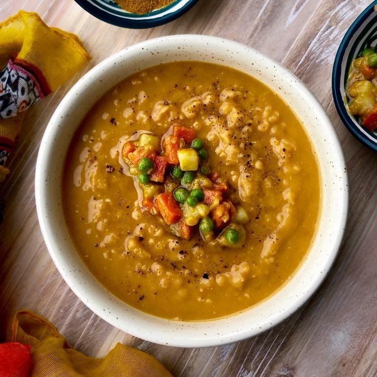 Dahl di lenticchie rosse indiano con verdurine al curry