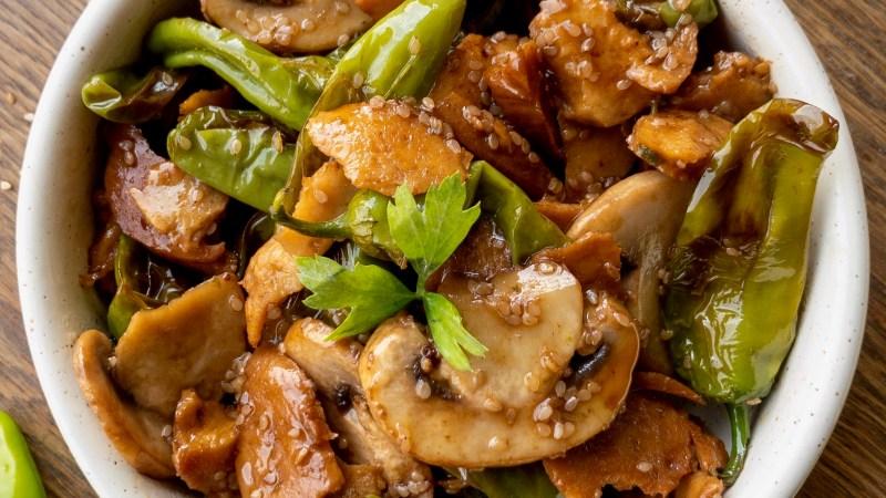 Spezzatino di seitan con friggitelli e funghi