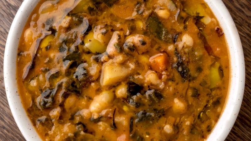 Zuppa rustica di cereali e legumi