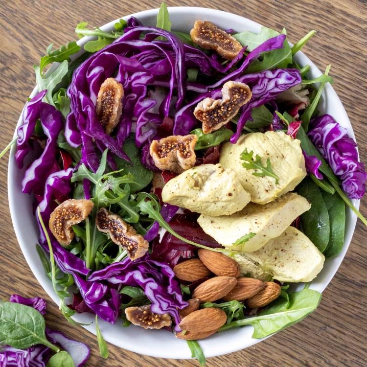 Insalata colorata con cavolo viola, pollo, mandorle e fichi