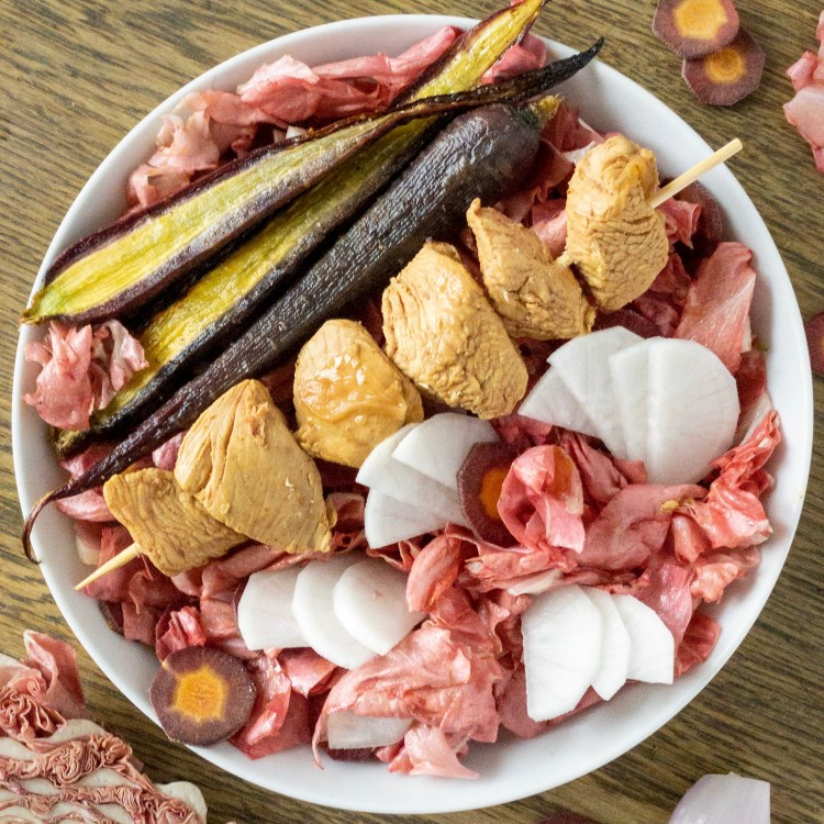 Keto bowl con radicchio rosa carote daikon e tacchino