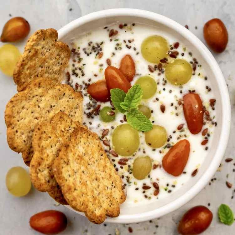 Yogurt con uva giuggiole e semi