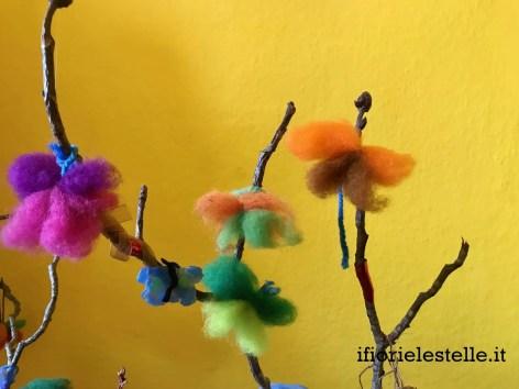 ramo con farfalle di lana cardata