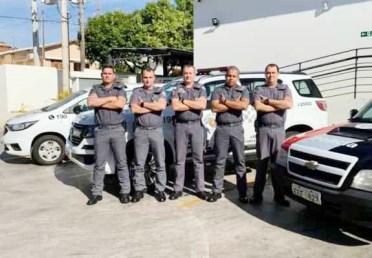 Os policiais militares C. PM Ramazotti, Cb. PM Andrade, Subtenente Ricardo, Cb. PM Lins e Cb. PM Rodrigo em serviço na sede do 25º Batalhão de Dracena