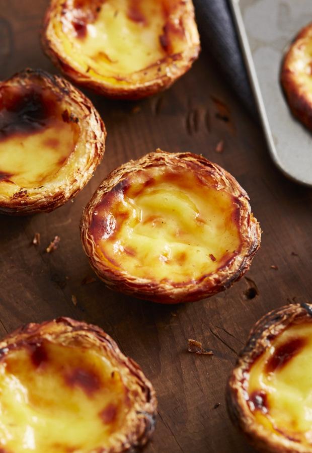 Это подлинный рецепт португальской Custard Пироги, используемый пекарне в Лиссабоне.  Используйте 6 советов, предусмотренных в рецепте, чтобы сделать совершенно четкий и красиво поджаренный заварным кремом пирог без хлопот.