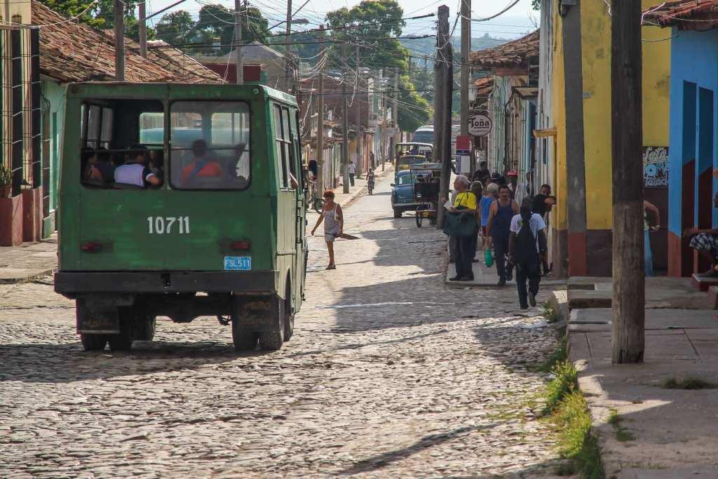ISO 100 / 100 mm / f7,1 / 1/800 sI m Querformat wirken Szenen und Straßenzüge breiter und zudem kann ich mehr vom quirligen Drumherum - wie hier auf Kuba - zeigen.
