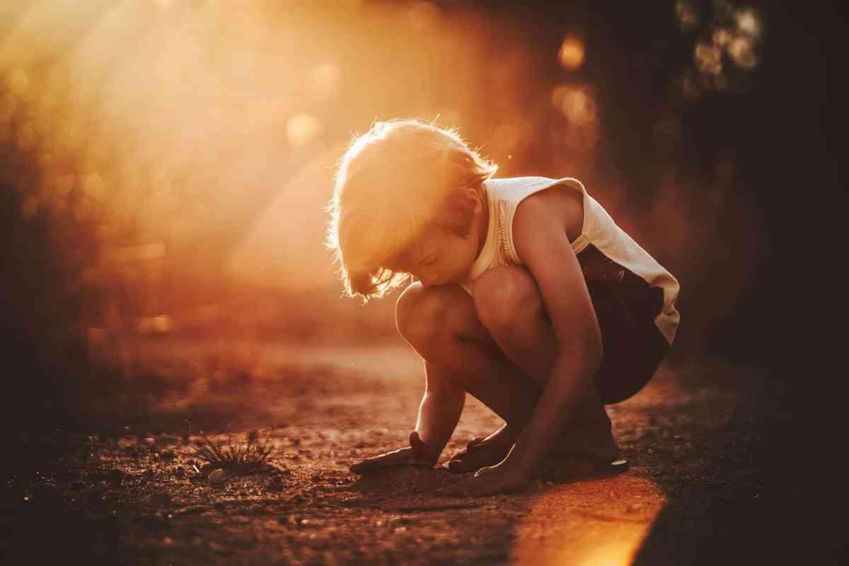 Achtsamkeit im Alltag: Kleiner Junge erlebt den Moment.