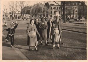 Hildegard Walterscheid (mit Ballon) zur Karnevalszeit 1957 mit Familienmitglieder am Ende der Odenwaldstr. in Humboldt. Im Hintergrund ist die Gasstätte Schlimm in der Esserstr. mit dem großen Tanzsaal. Dieser wurde durch einen Fliegerabsturtz zerstört.