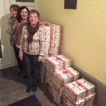 Petra Bonzelet, Claire Frings und Gabi Kretschmer (v.l.n.r) mit den Paketen der Weihnachtsaktion