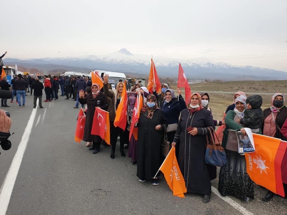 AK Parti'ye geçiş yapan Tuzluca Belediye Başkanı ilçe girişinde coşkuyla karşılandı