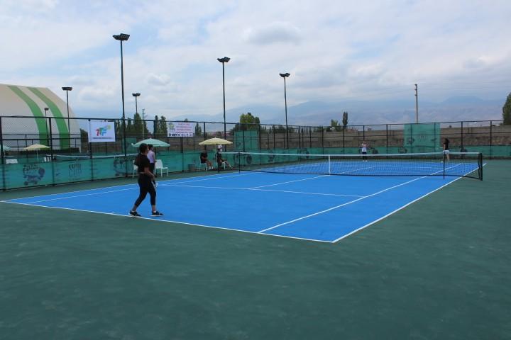"""Iğdır'da """"Kayısı Cup"""" tenis turnuvası başladı"""
