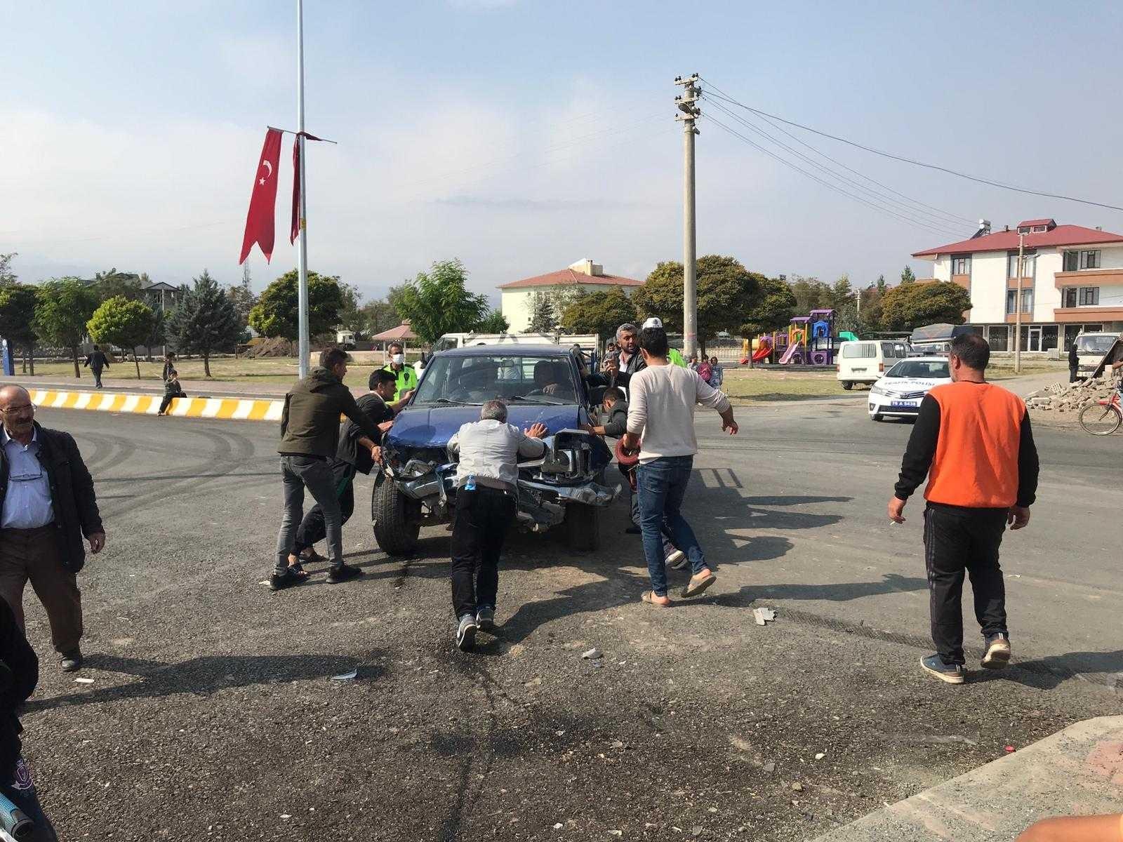 Iğdır'da minibüs ile pikap çarpıştı: 3 yaralı