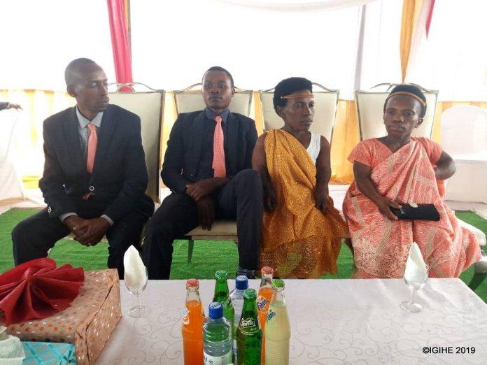 Ndayitegeye n'umugore ufite ubugufi bukabije bakoze ubukwe bw'agatangaza
