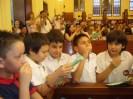 Alumnos de la Morris toman su primera comunión en la Iglesia de la Boca