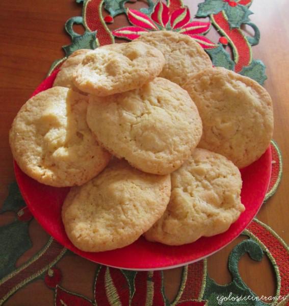 Cookies con noci di macadamia e cioccolato bianco