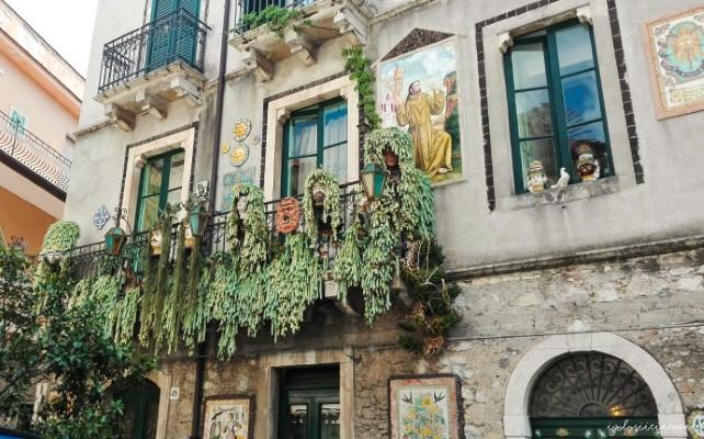 Casa tipica di Taormina, decorata con ceramiche di Caltagirone