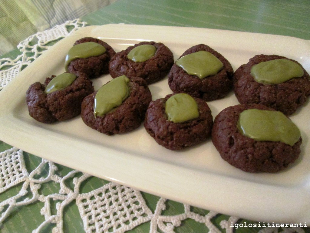 Thumbprint cookies al cioccolato e pistacchio