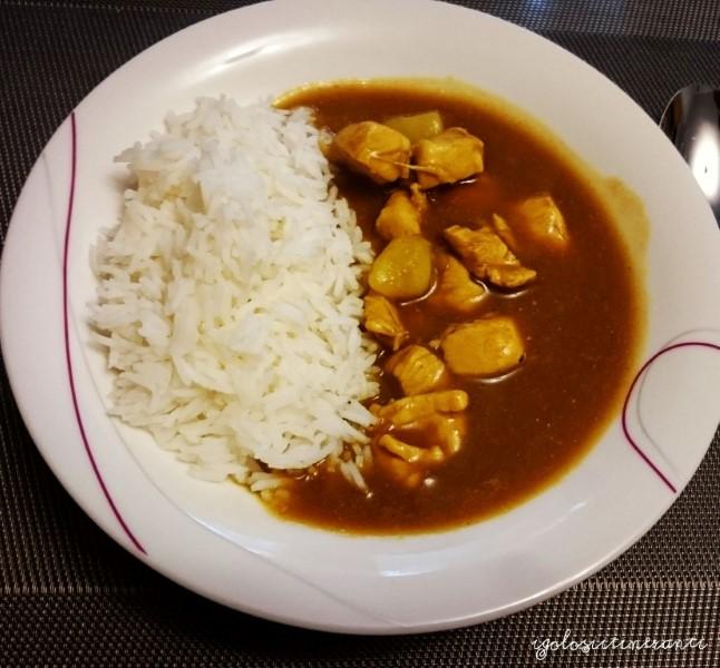 curry giapponese con pollo, riso e patate