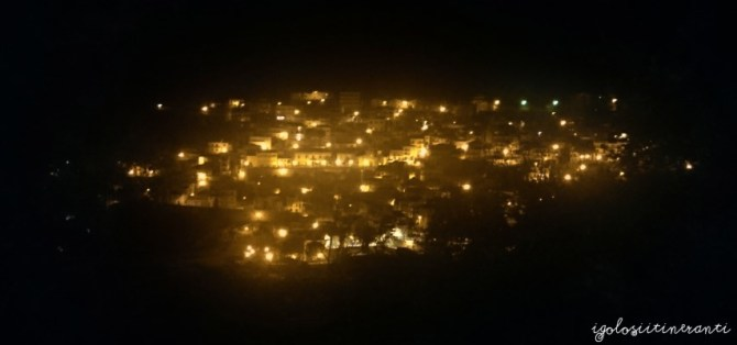 Vista del paese di Gallodoro di notte, illuminato