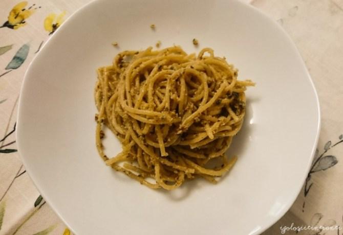 Spaghetti integrali conditi con un pesto alle noci pecan