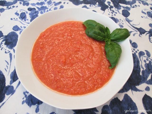 Piatto di gazpacho andaluso, zuppa fredda spagnola con pomodori, peperoni, cetrioli e cipolla