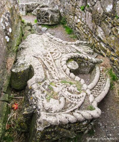 Resti di una croce celtica presso la Rock of Cashel (Tipperary), Irlanda