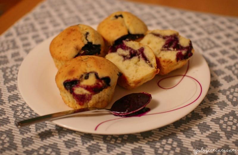 Muffin soffici con la marmellata di uva fragola