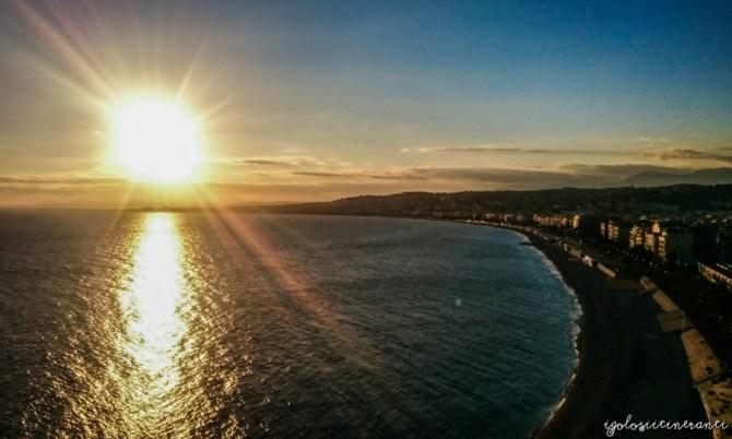 Vista del lungomare di Nizza al tramonto (Baia degli Angeli)