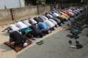 Fieles musulmanes rezando en las afueras de Dacca, Bangladesh. 2013