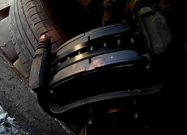 Установленные новые тормозные колодки Киа Соул