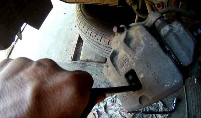 Способ вдавить тормозной цилиндр на Киа Соул