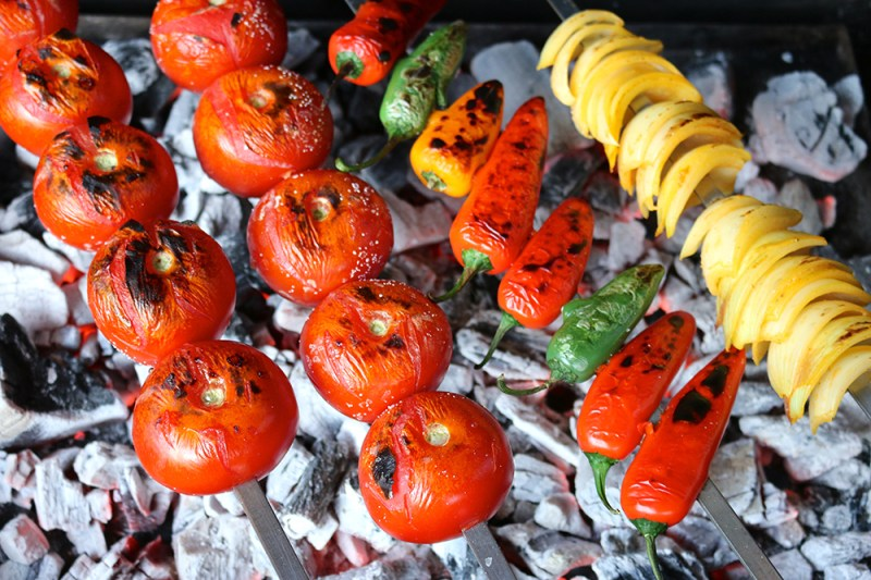 Grilled tomatoes, peppers and onions   igotitfrommymaman.com