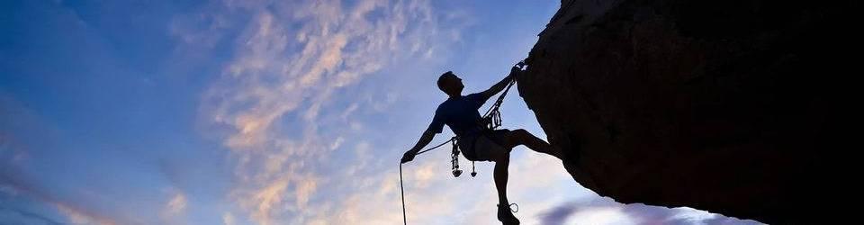 Homem corajoso subindo montanha
