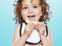 Искренние эмоции. Дети впервые пробуют лимон.