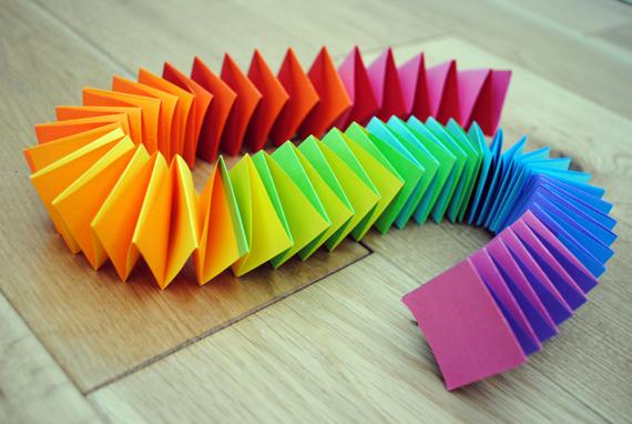 Разноцветные гирлянды из сложенных листов бумаги