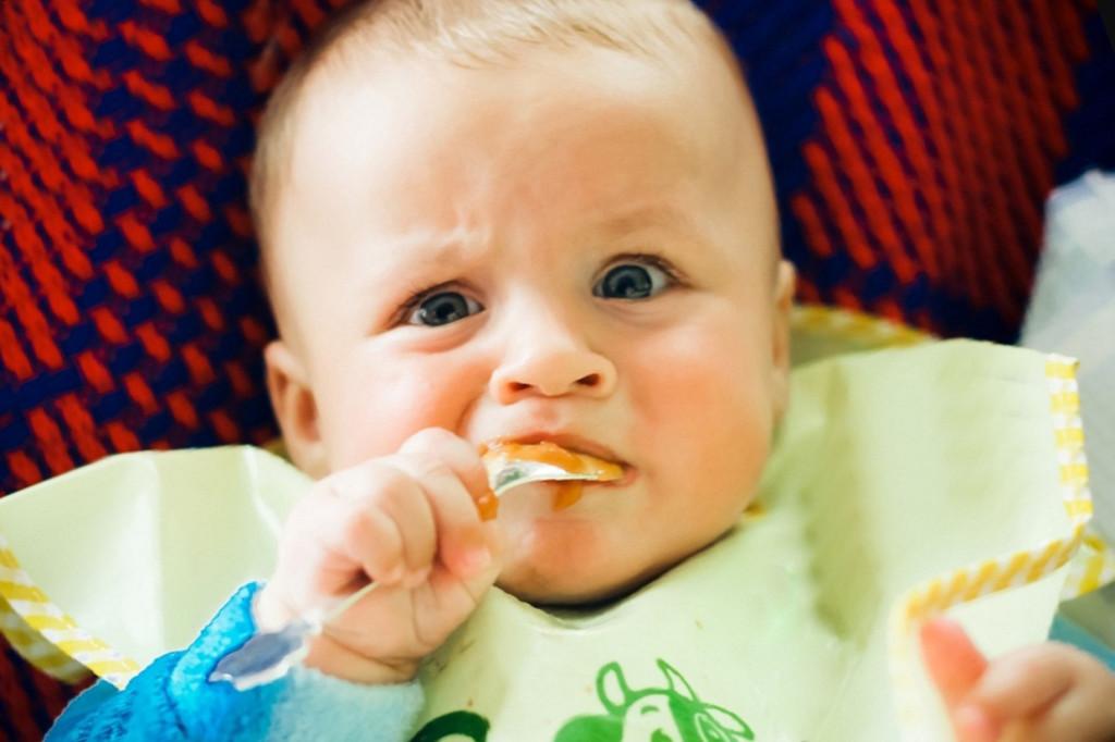 Когда начинать кормить младенца мясом