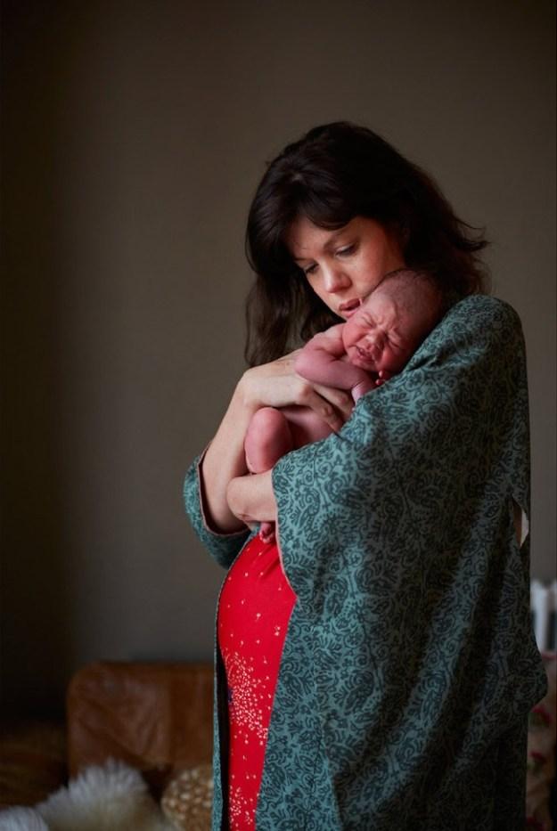мама впервые держит ребенка на руках