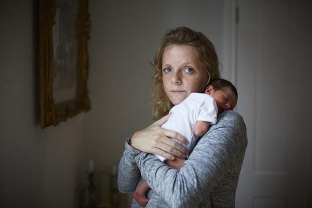 мама впервые держит ребенка