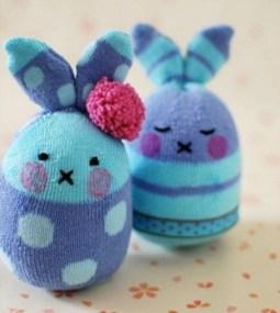 Делаем милого зайку из старых детских носков