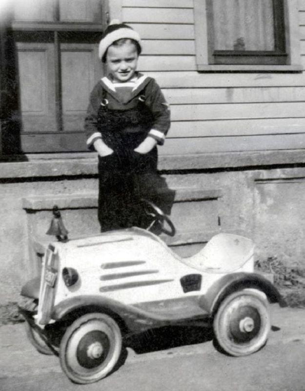 Мальчик с  модным детским автомобилем, 1937 год