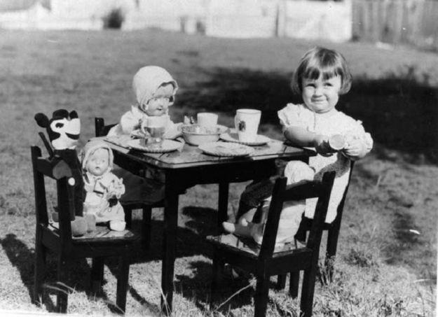 Малышка угощает кукол и Микки Мауса чаем
