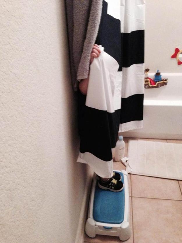 мальчик прячется