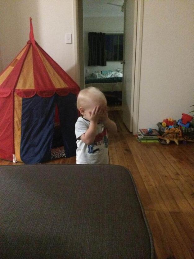 малыш играет в прятки