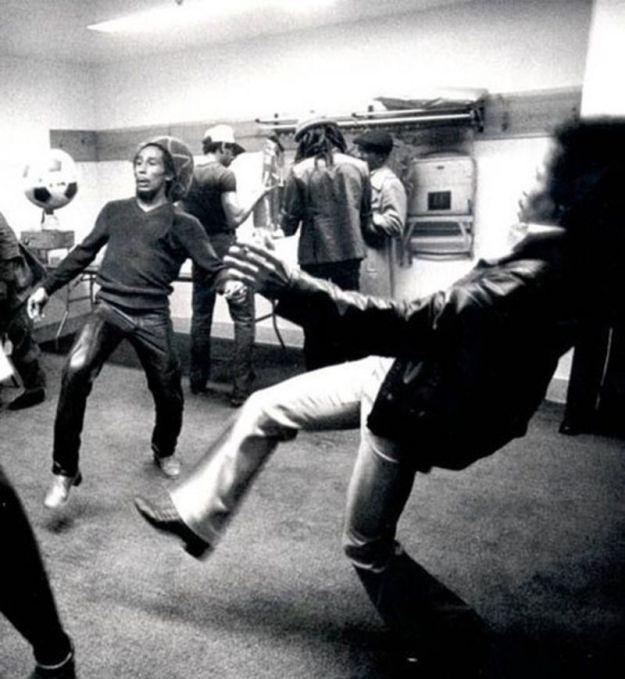 Боб Марли играет в футбол перед концертом