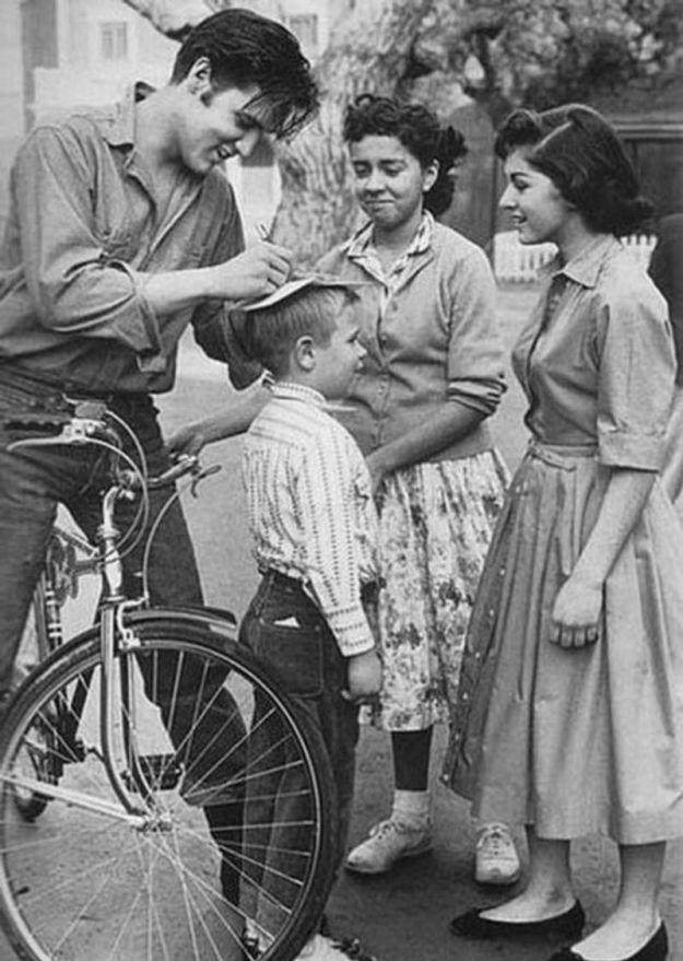 Элвис Пресли пишет автограф на голове мальчишки