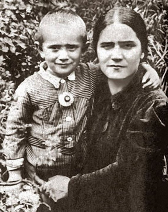 Маленький Армен Джигарханян с мамой
