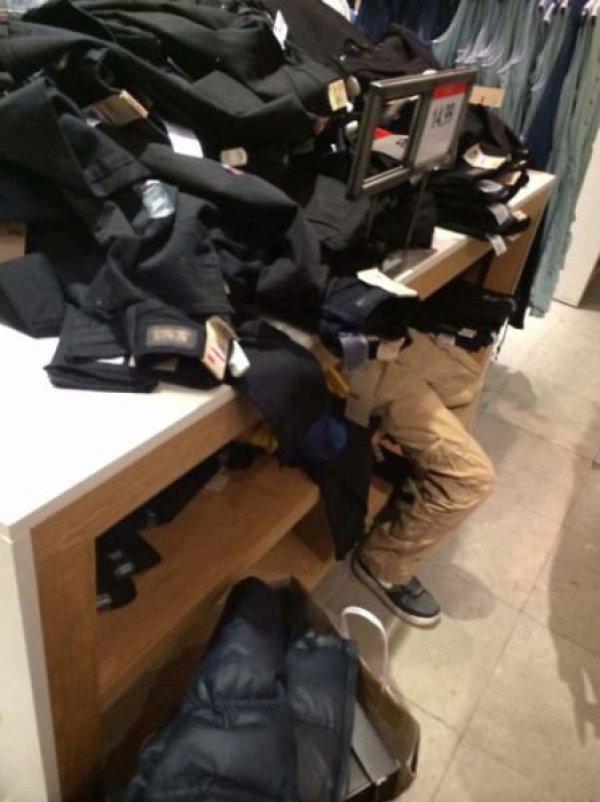 дети в магазине одежды